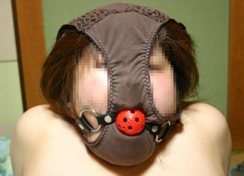 パンティー被って変態仮面プレイで遊ぶおふざけエロ画像 2553