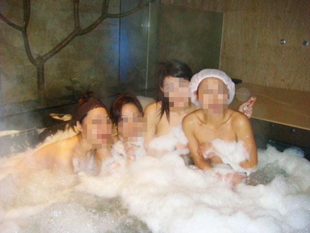 温泉でおふざけ記念撮影する女子達のエロ画像 2562