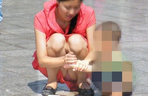 子育て奮闘中のママさんの街撮り胸チラ・パンチラ画像 2620