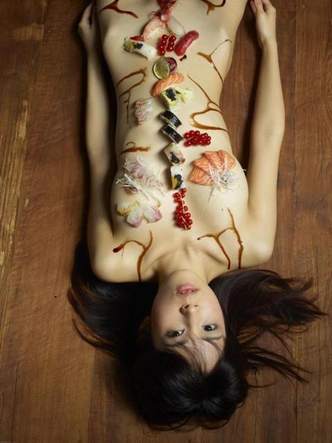 まんカスが隠し味になってる女体盛りのエロ画像 2644
