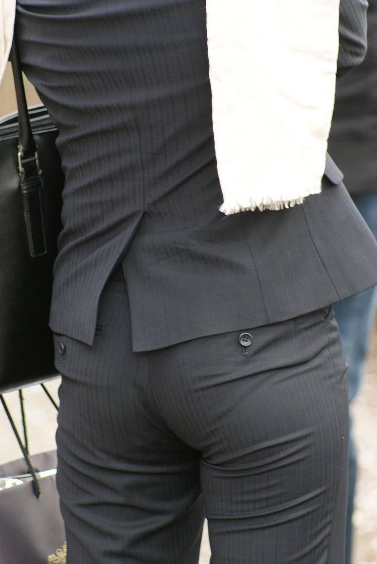 お尻と太ももの間にシワが寄るパンツスーツがマジでエロいOL街撮りエロ画像 2660