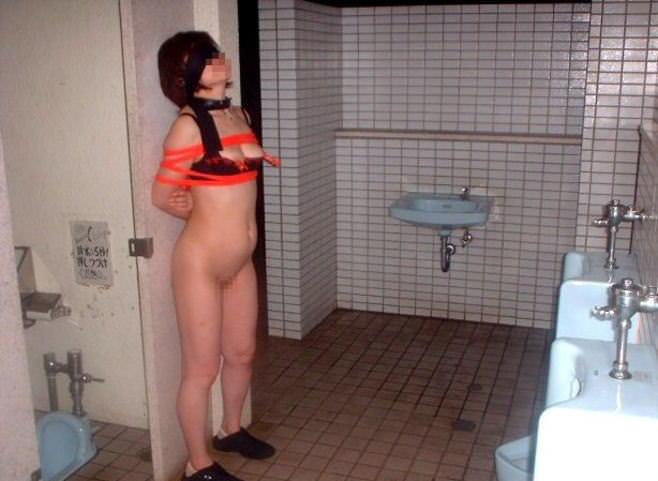 本物のトイレで肉便器達が性癖開放してるヤバいエロ画像 2665