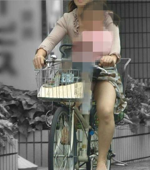 子育て奮闘中のママさんの街撮り胸チラ・パンチラ画像 2715