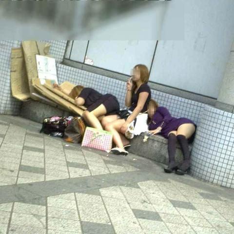 泥酔した女子が恥ずかしい姿になってるヤバい街撮りエロ画像 2718