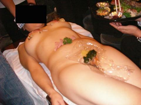 まんカスが隠し味になってる女体盛りのエロ画像 2737