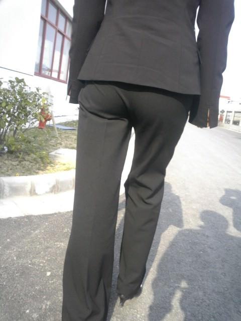 お尻と太ももの間にシワが寄るパンツスーツがマジでエロいOL街撮りエロ画像 2753