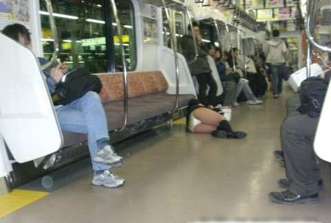 泥酔した女子が恥ずかしい姿になってるヤバい街撮りエロ画像 2817