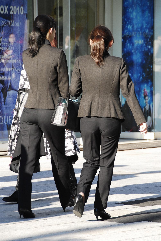お尻と太ももの間にシワが寄るパンツスーツがマジでエロいOL街撮りエロ画像 2849