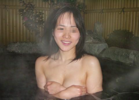 彼女との初お泊まり温泉旅行で記念撮影した露天風呂のエロ画像 29