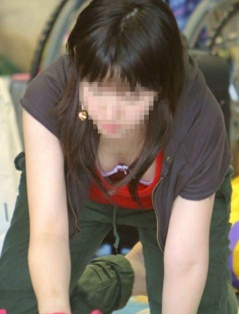 子育て奮闘中のママさんの街撮り胸チラ・パンチラ画像 2911