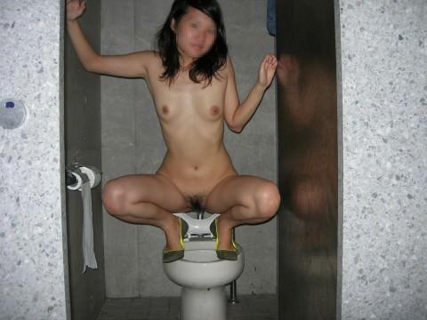 出会い系で知り合ったセフレにトイレでオシッコさせて写メったネット流出エロ画像 2915