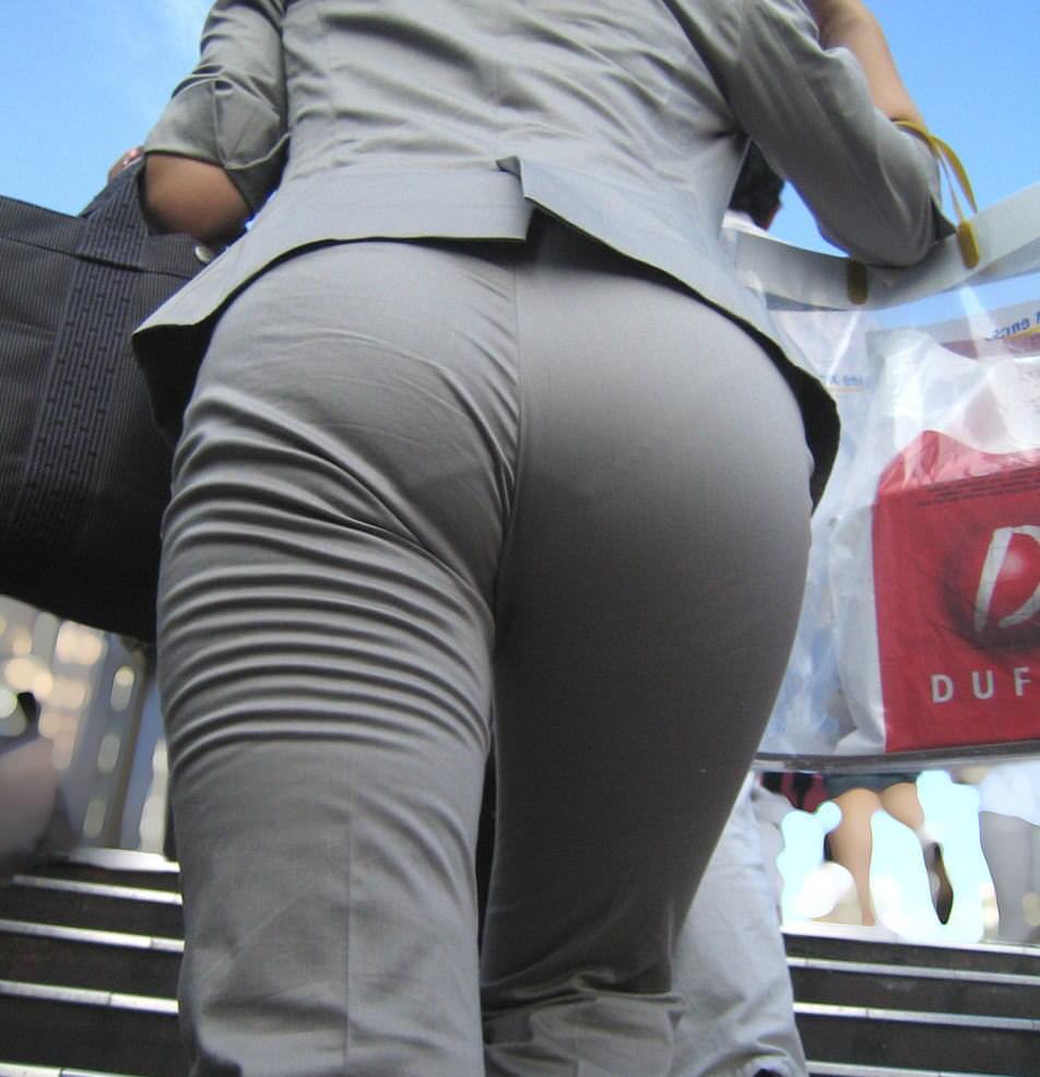 お尻と太ももの間にシワが寄るパンツスーツがマジでエロいOL街撮りエロ画像 2942