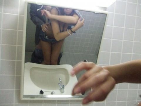 ラブラブカップルが鏡越しにハメ撮りしてるエロ画像 3111