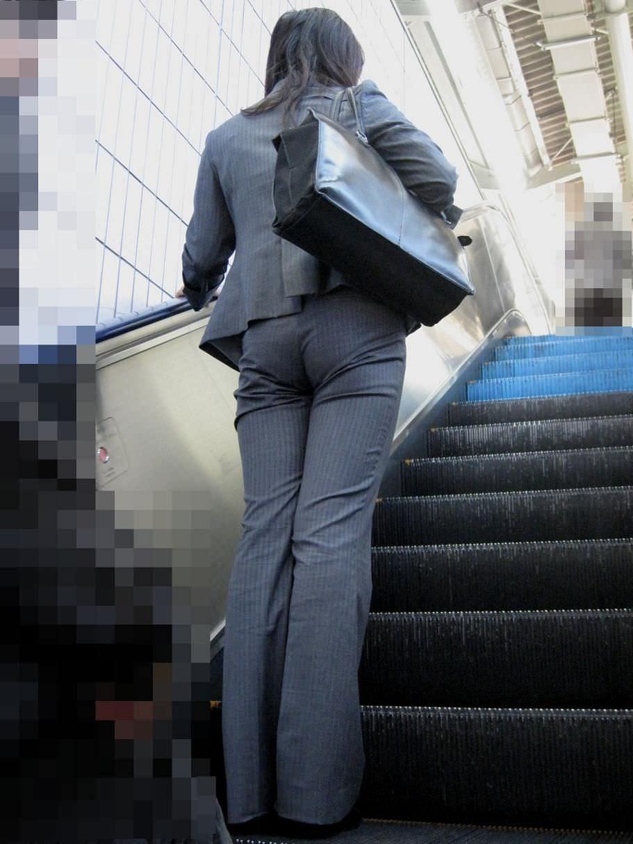お尻と太ももの間にシワが寄るパンツスーツがマジでエロいOL街撮りエロ画像 3160
