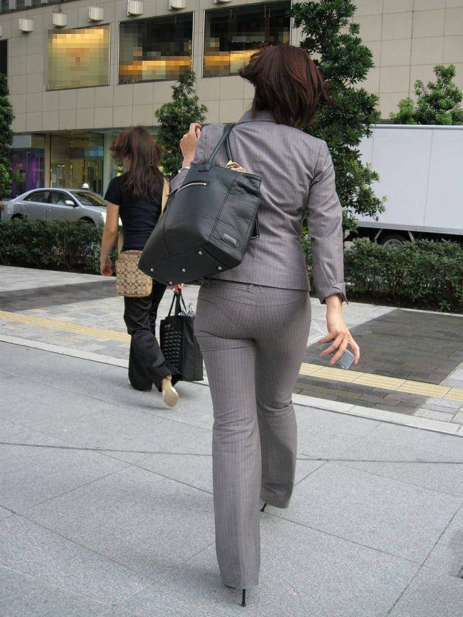 お尻と太ももの間にシワが寄るパンツスーツがマジでエロいOL街撮りエロ画像 3161