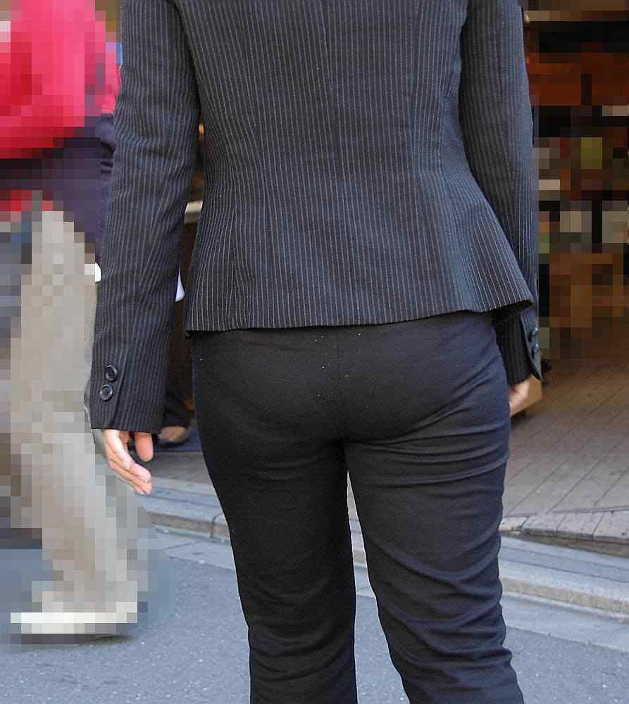お尻と太ももの間にシワが寄るパンツスーツがマジでエロいOL街撮りエロ画像 3236