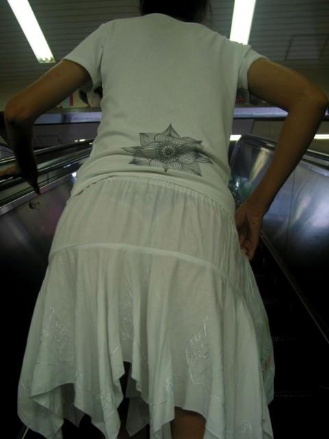 白い服に透けて見える透けブラ透けパンチラしてるエロ画像 3327