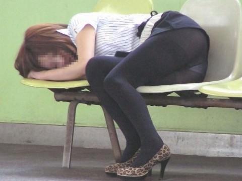 泥酔した女子が恥ずかしい姿になってるヤバい街撮りエロ画像 3413