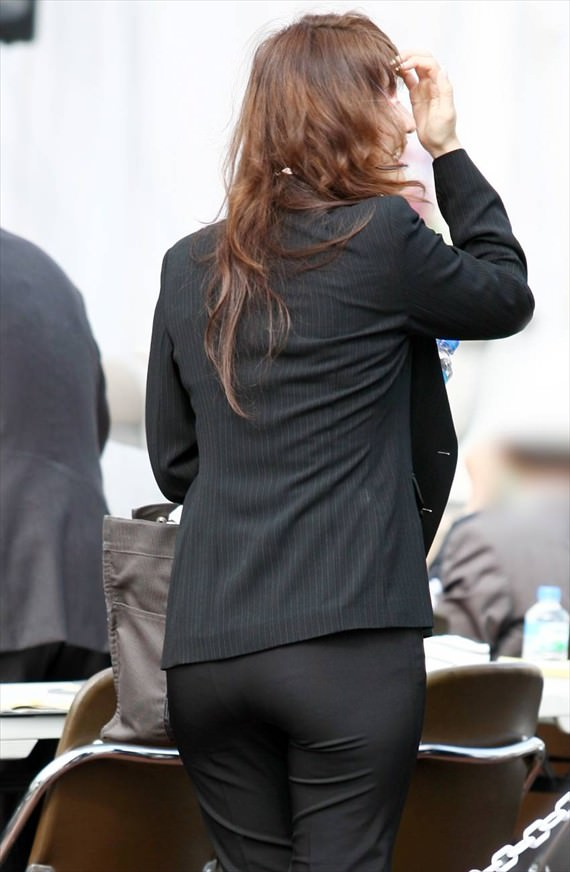 お尻と太ももの間にシワが寄るパンツスーツがマジでエロいOL街撮りエロ画像 3428