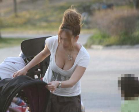 子育て奮闘中のママさんの街撮り胸チラ・パンチラ画像 357
