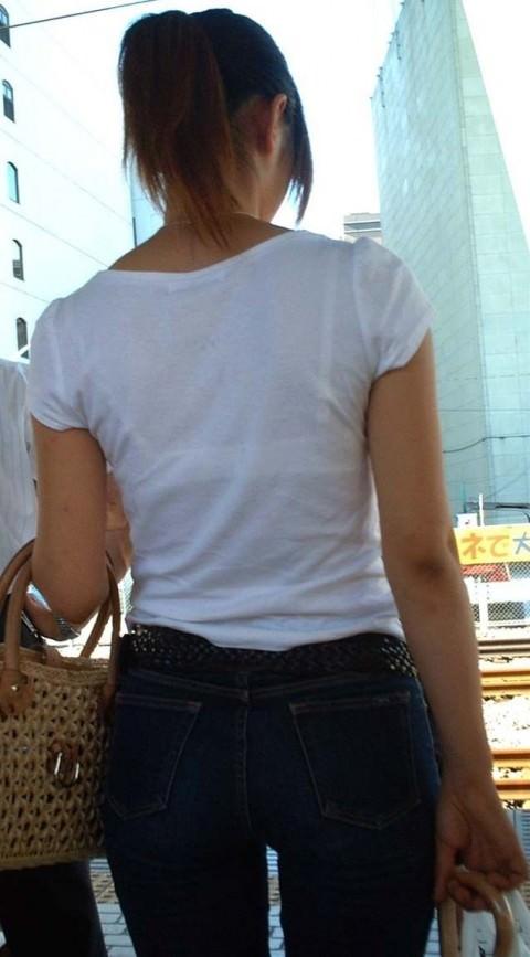 白い服に透けて見える透けブラ透けパンチラしてるエロ画像 3615