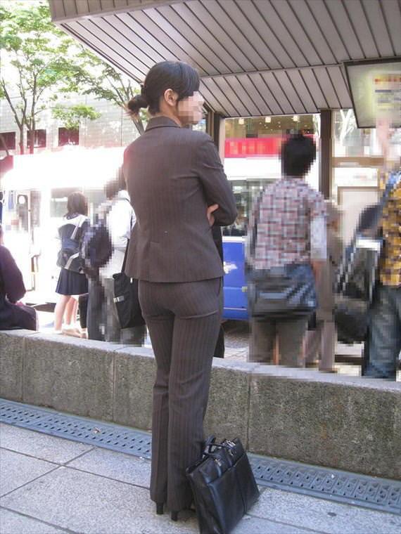 お尻と太ももの間にシワが寄るパンツスーツがマジでエロいOL街撮りエロ画像 3618