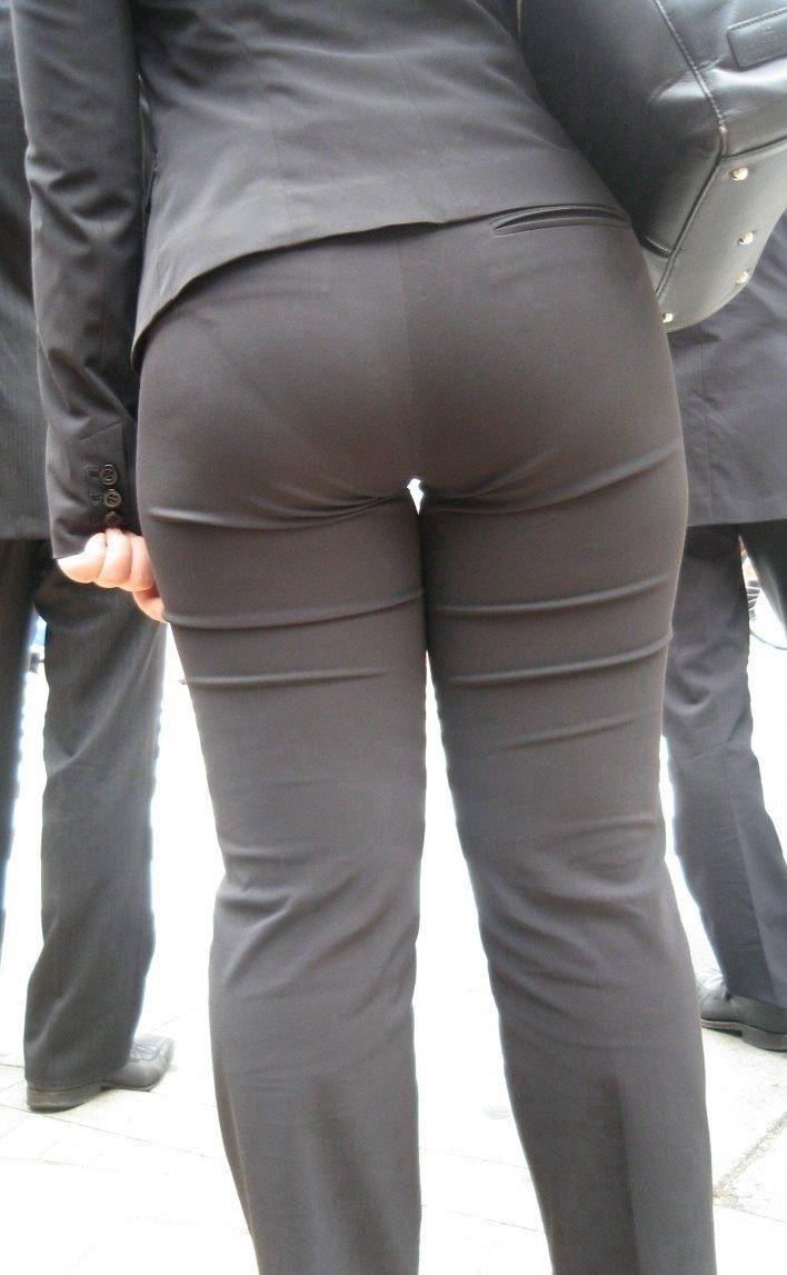 お尻と太ももの間にシワが寄るパンツスーツがマジでエロいOL街撮りエロ画像 3717