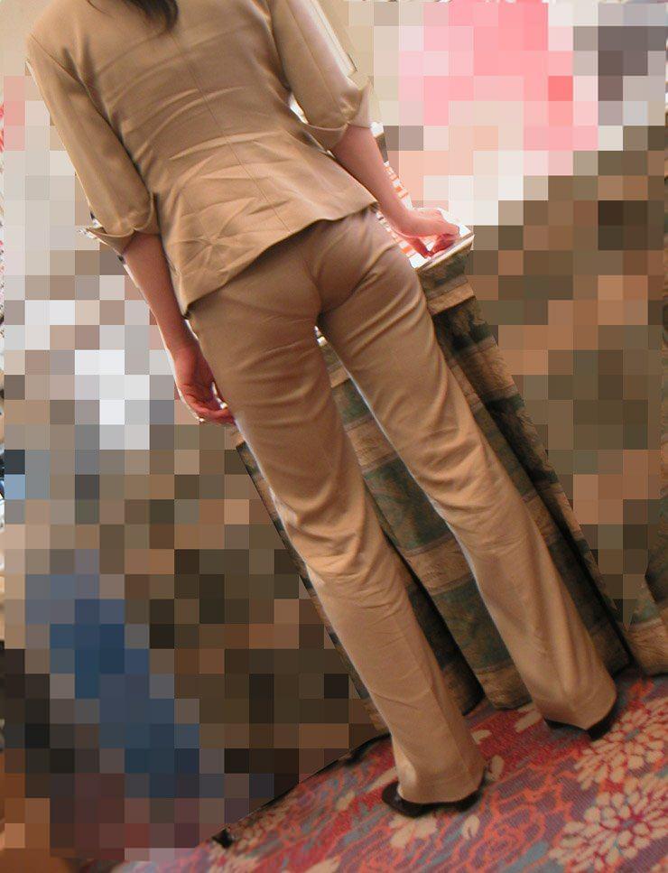 お尻と太ももの間にシワが寄るパンツスーツがマジでエロいOL街撮りエロ画像 3814