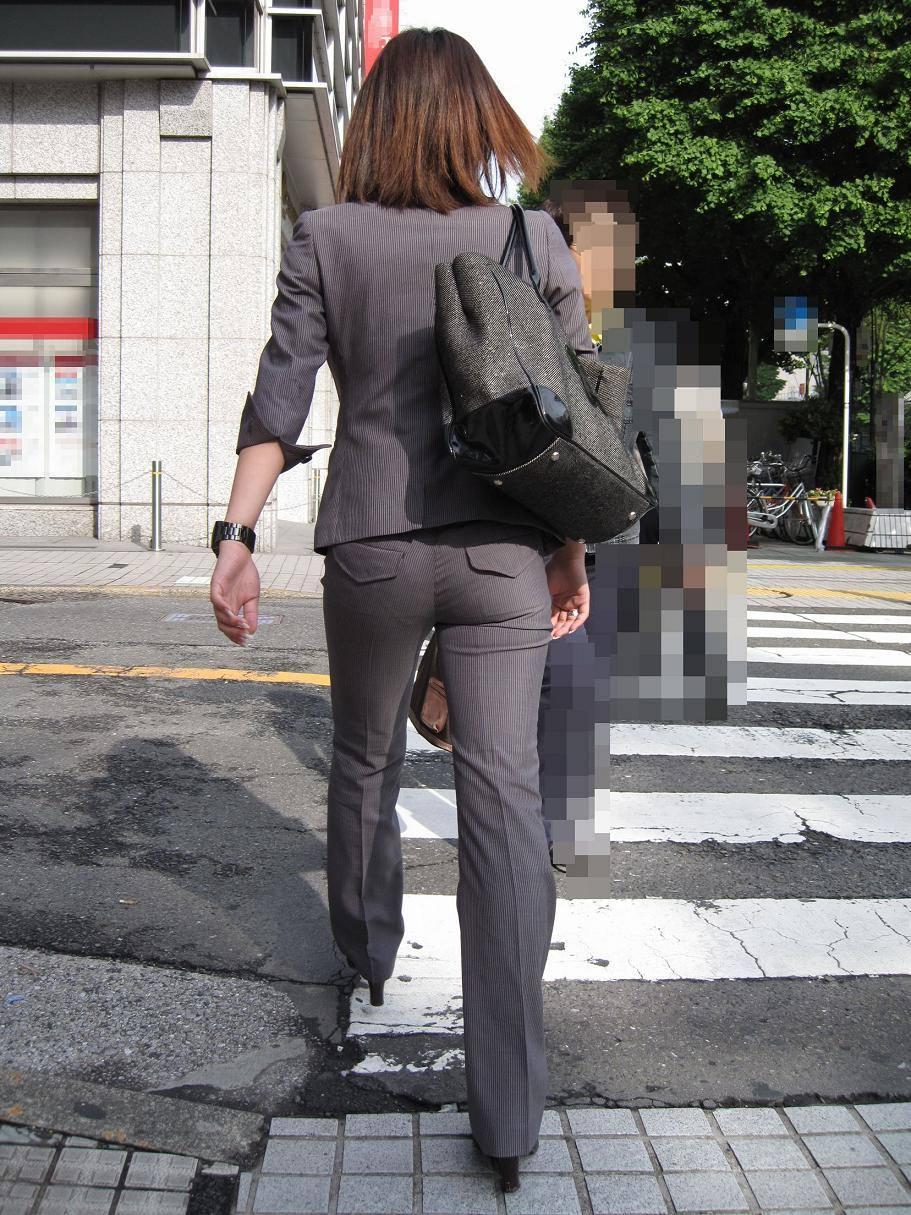 お尻と太ももの間にシワが寄るパンツスーツがマジでエロいOL街撮りエロ画像 3912