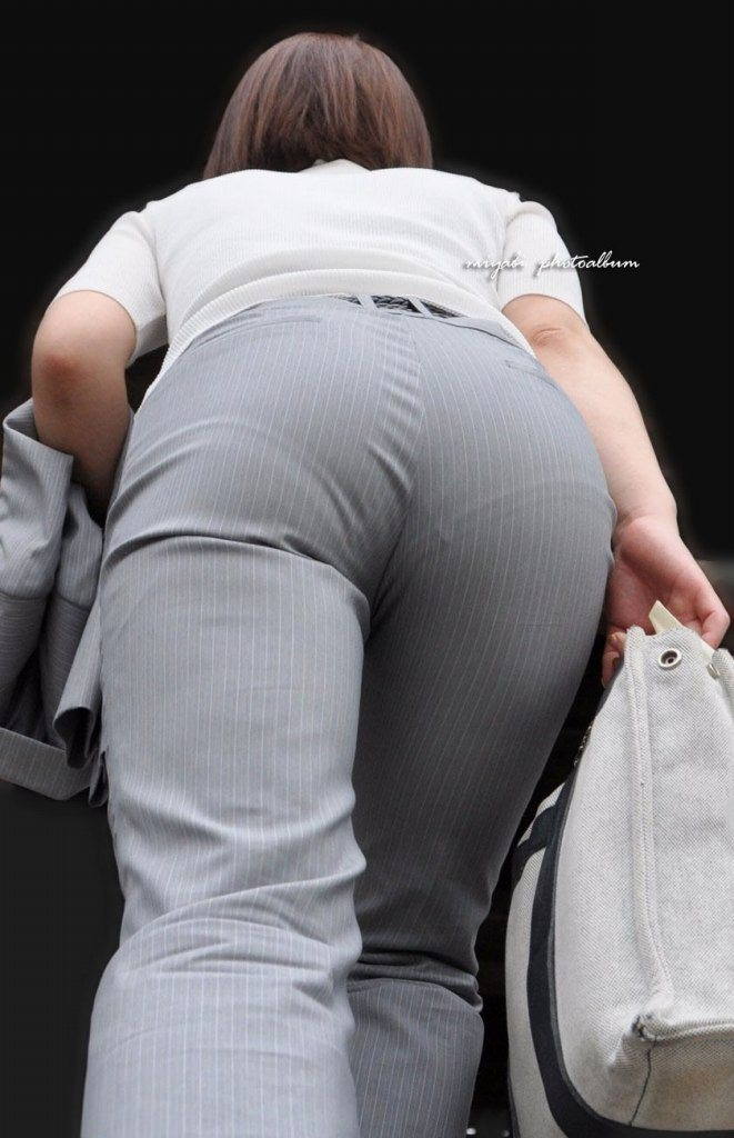 お尻と太ももの間にシワが寄るパンツスーツがマジでエロいOL街撮りエロ画像 403