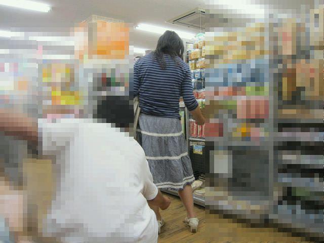 立ち読みに集中してる女のパンチラを撮影エロ画像 4117