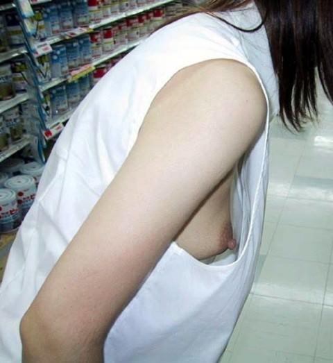乳首がポロリしてたりしてなかったり胸チラを激写したエロ画像 417