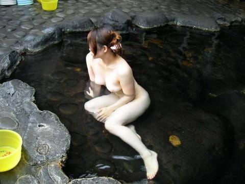 彼女との初お泊まり温泉旅行で記念撮影した露天風呂のエロ画像 46