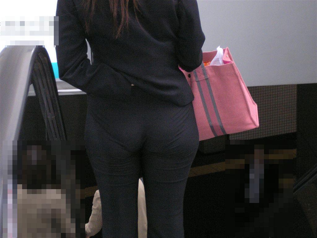 お尻と太ももの間にシワが寄るパンツスーツがマジでエロいOL街撮りエロ画像 5102
