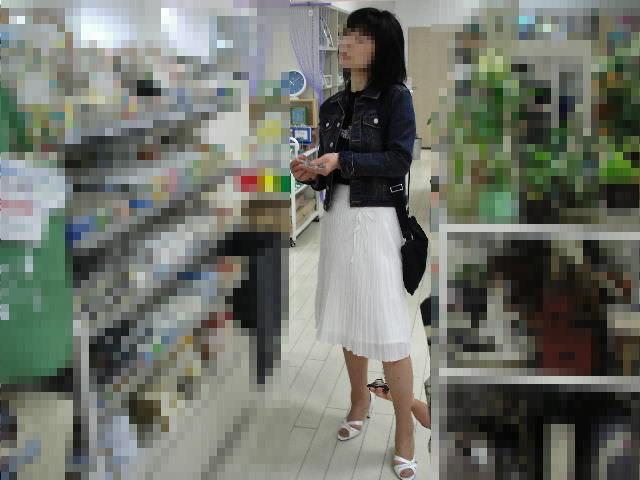立ち読みに集中してる女のパンチラを撮影エロ画像 5116