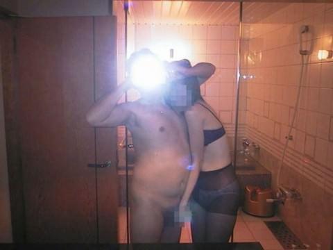 ラブラブカップルが鏡越しにハメ撮りしてるエロ画像 532