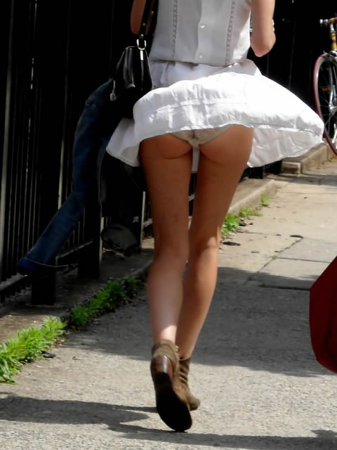 風に吹かれてフワッとスカートがめくれ上がったラッキーパンチラ画像 541