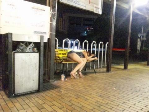 泥酔した女子が恥ずかしい姿になってるヤバい街撮りエロ画像 548