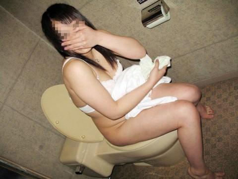 出会い系で知り合ったセフレにトイレでオシッコさせて写メったネット流出エロ画像 552