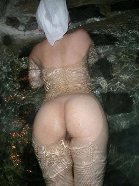 彼女との初お泊まり温泉旅行で記念撮影した露天風呂のエロ画像 56