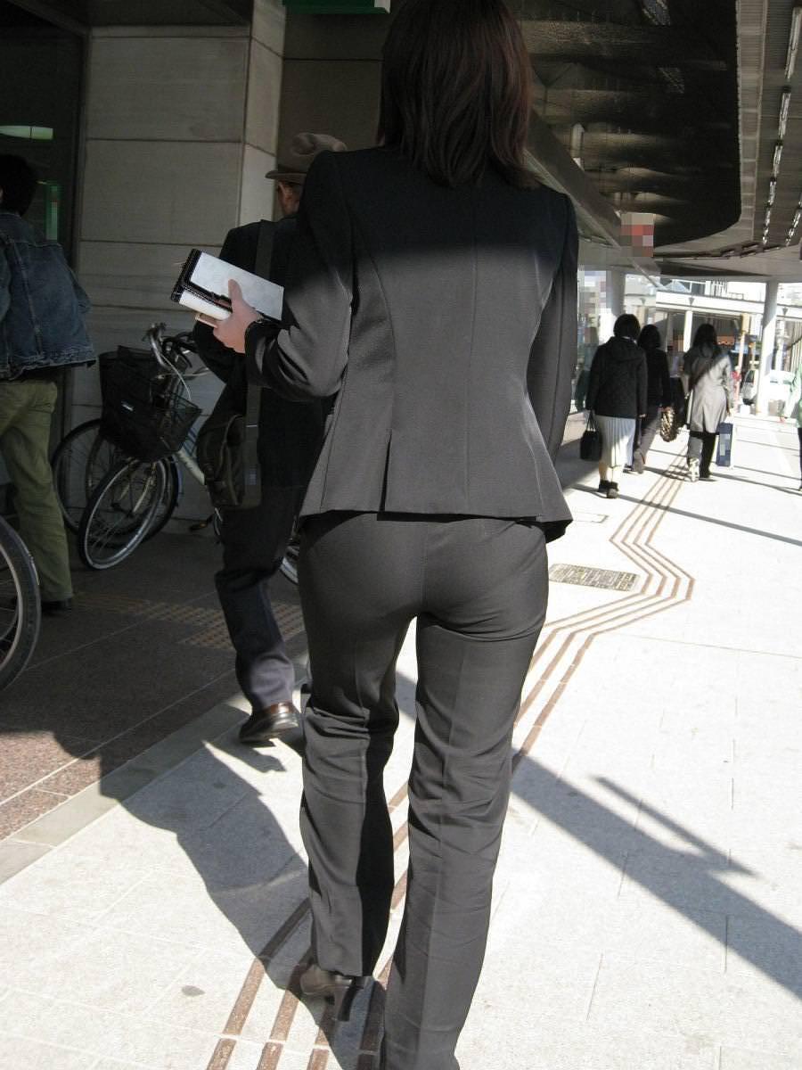 お尻と太ももの間にシワが寄るパンツスーツがマジでエロいOL街撮りエロ画像 6103