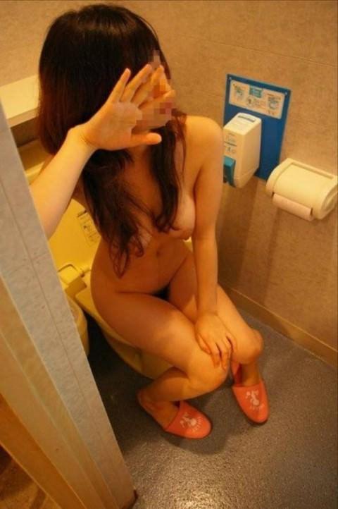 出会い系で知り合ったセフレにトイレでオシッコさせて写メったネット流出エロ画像 653
