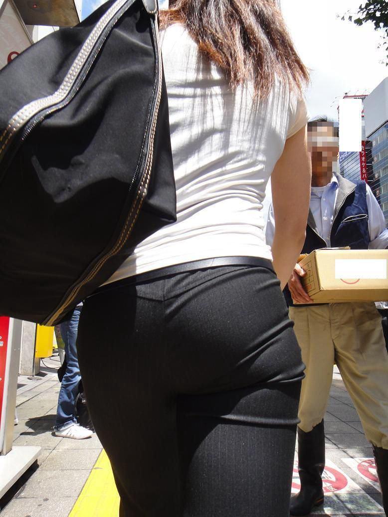 お尻と太ももの間にシワが寄るパンツスーツがマジでエロいOL街撮りエロ画像 7102
