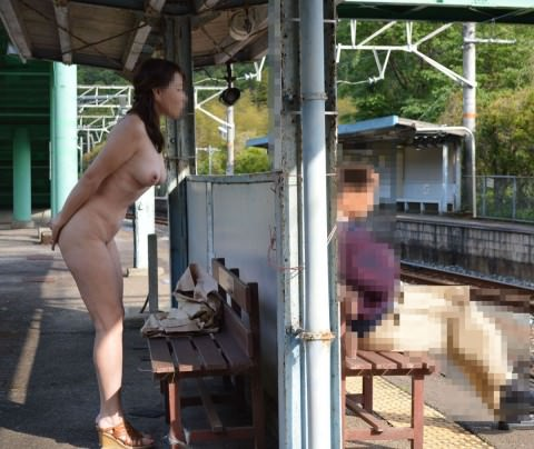 駅構内やホームでおっぱい見せちゃう鉄道マニアの露出狂エロ画像 766