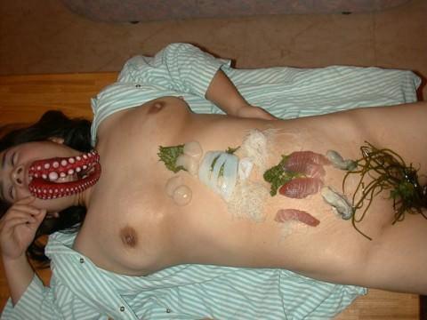 まんカスが隠し味になってる女体盛りのエロ画像 781