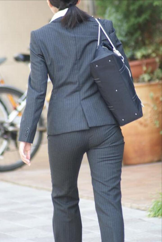 お尻と太ももの間にシワが寄るパンツスーツがマジでエロいOL街撮りエロ画像 8103