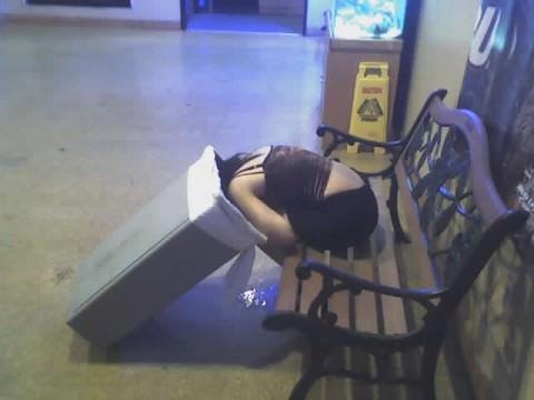 泥酔した女子が恥ずかしい姿になってるヤバい街撮りエロ画像 849