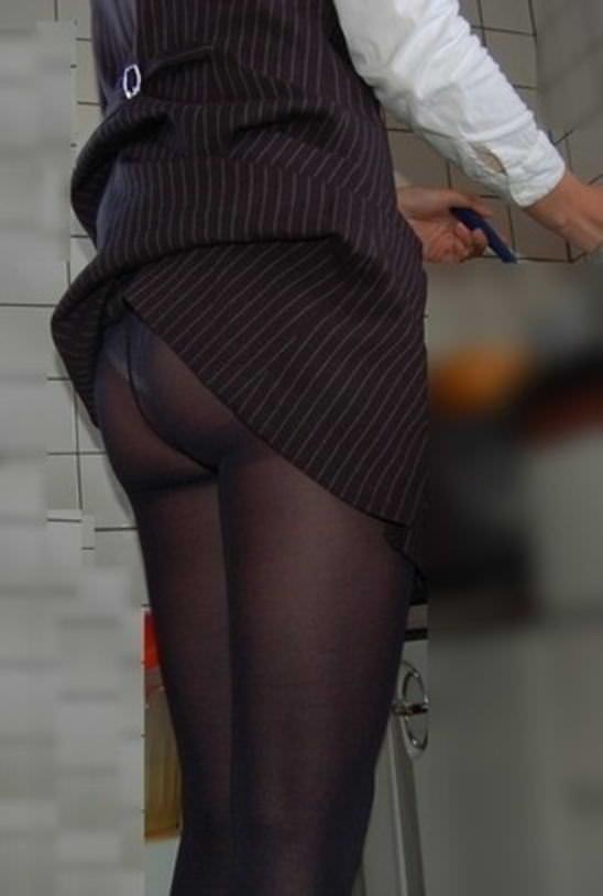スカートがめくれ上がってお尻プリンしてるパンチラ画像 10115