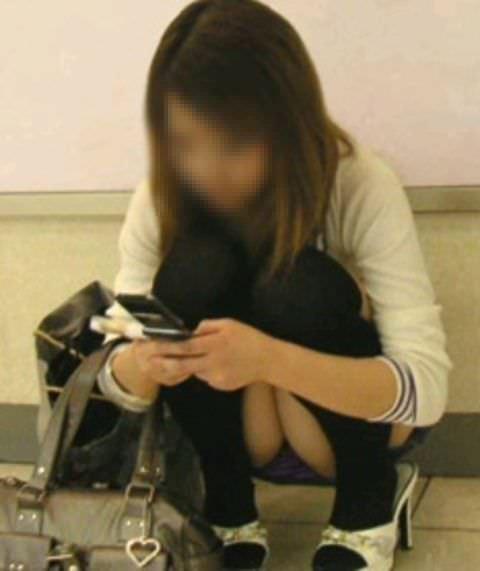 スカートでしゃがみパンチラしてる素人娘のエロ画像 10132