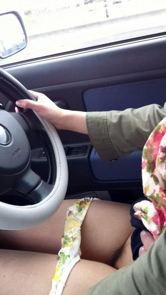 身動きが取れない車内で彼女にエッチなことしてるエロ画像 10142